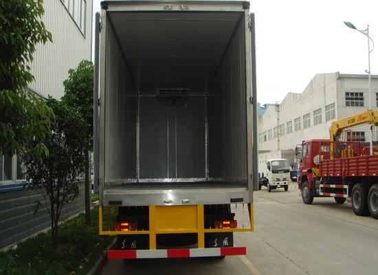 天龙后双桥8.6米冷藏车