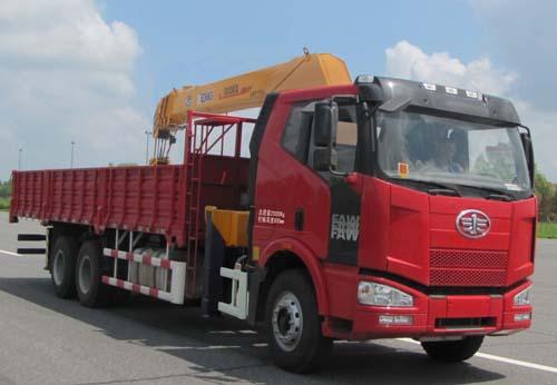 一汽解放8-12吨随车起重运输车
