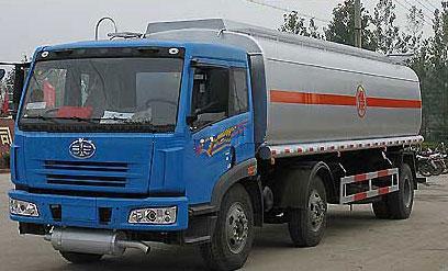 解放小三轴化工液体运输车